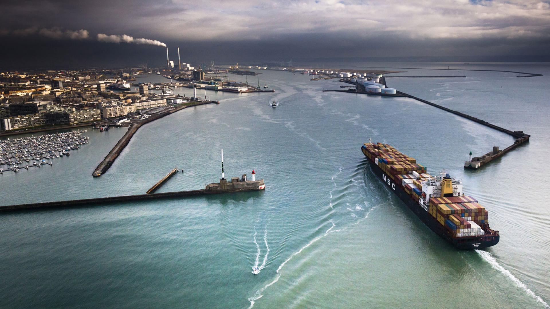 vue aérienne d'un porte-conteneurs entrant dans le port du Havre