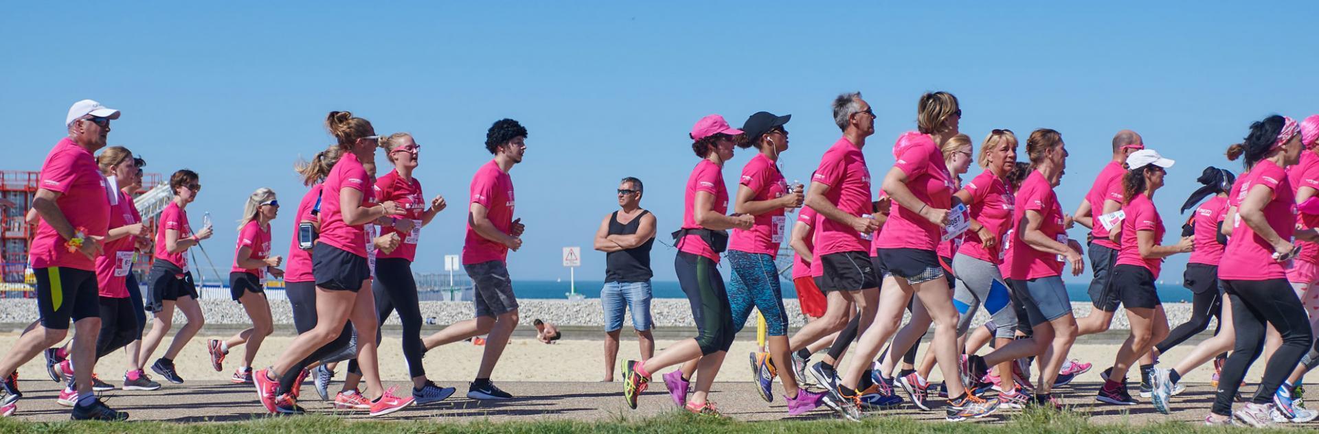 Femmes qui courent en t-shirts rose