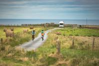 Cyclistes sur un chemin rural