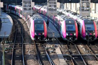 des trains à l'extérieur de la gare Saint Lazare