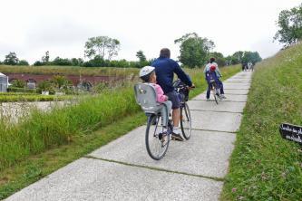Des cyclistes aux Jardins suspendus lors du Vélotour