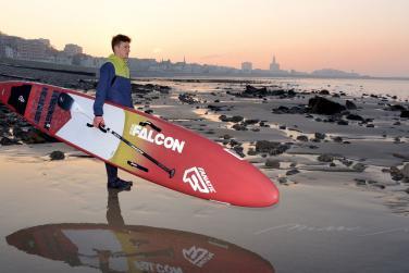 Tom Auber face à la mer avec son paddle