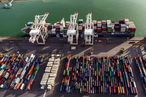 vue aérienne de conteneurs sur le port du Havre et de leur chargement sur un bateau