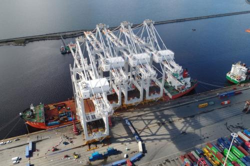 Déchargement des quatre portiques géants livrés en juin 2020