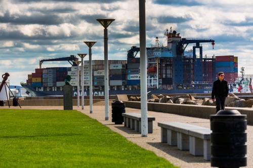un porte-conteneur visible depuis le front de mer au Havre