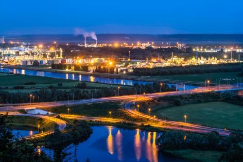 vue aérienne de la zone industrielle du Havre la nuit