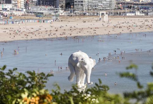 la sculpture à l'origine de Fabien Mérelle avec la plage du Havre en arrière plan