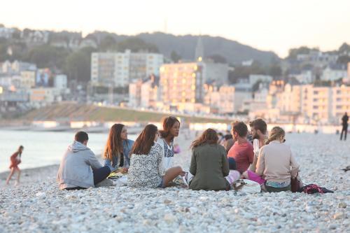 Étudiants sur la plage du Havre
