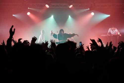foule devant un groupe de musique sur scène